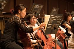 楽譜の確認をするフェローオケと相馬子どもオケのチェリスト