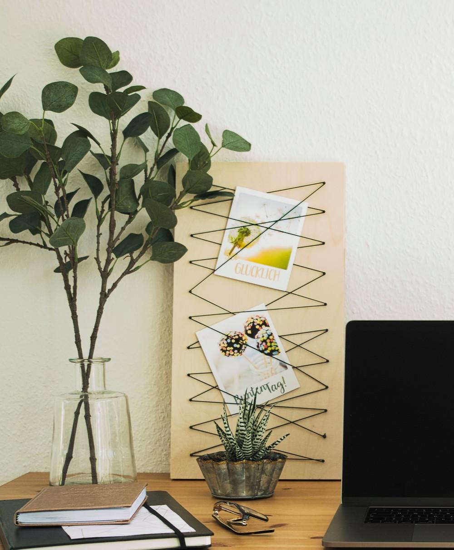 Pinnwand, DIY, do it yourself, pin, memoboard, board, pinboard, wand, schreibtisch, büro, zimmer, kinderzimmer, selber bauen, selbst machen, unter 10 euro, für wenig geld, selber zusammenbauen, pinnwand bauen, eigene pinnwand, memoboard selbst bauen, einfach, schnell, anleitung, tutorial, materialliste, stationery, gummi, dreickeck muster, aesthetic, boho, style, schön, modern