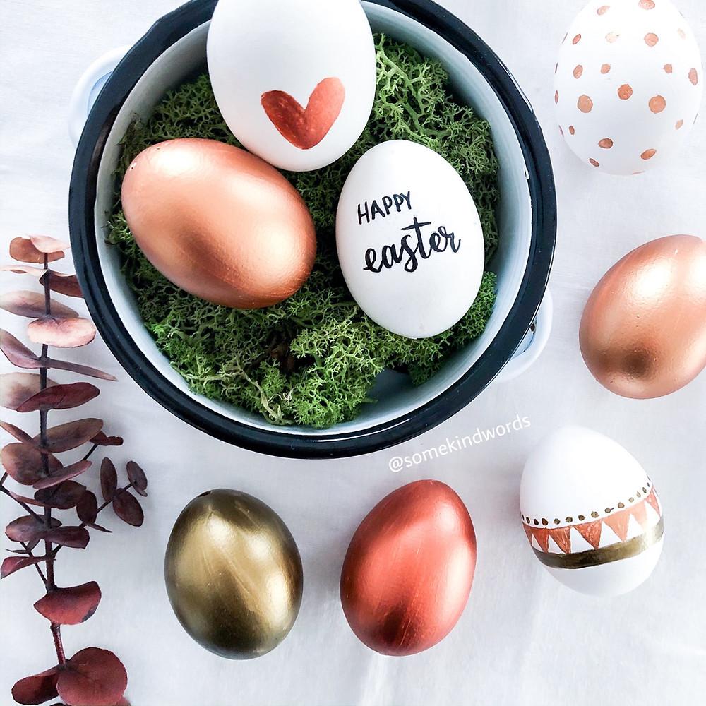 happy easter, frohe ostern, oster diy, diy, do it yourself, eier bemalen, eier auspusten, eier mit handlettering beschriften, eier mit handlettering bemalen, eier anmalen, eier anmalen mit kupfer, kupfer metallic farbe, boho eier, eier im boho stil, skandinavische muster, eier mit schönen doodles, eier schön bemalen, vorlage, kostenlose vorlage, blogpost, blog beitrag, eier einfach auspusten und bemalen, wie eier ausblasen, ostereier basteln, oster eier, ostern basteln, basteln mit kinder, einfache bastelanleitung, easter, handlettering DIY, kreativ basteln