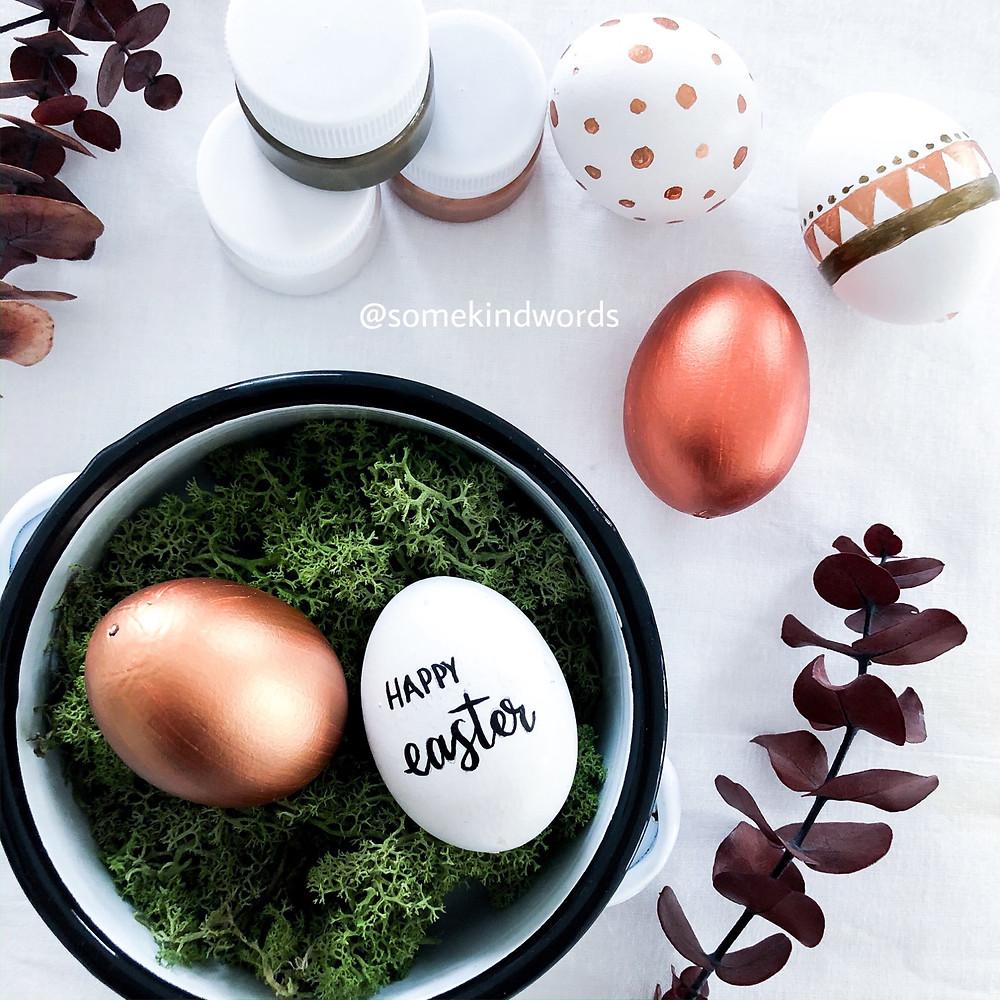 oster diy, diy, do it yourself, eier bemalen, eier auspusten, eier mit handlettering beschriften, eier mit handlettering bemalen, eier anmalen, eier anmalen mit kupfer, kupfer metallic farbe, boho eier, eier im boho stil, skandinavische muster, eier mit schönen doodles, eier schön bemalen, vorlage, kostenlose vorlage, blogpost, blog beitrag, eier einfach auspusten und bemalen, wie eier ausblasen, ostereier basteln, oster eier, ostern basteln, basteln mit kinder, einfache bastelanleitung, easter, handlettering DIY, kreativ basteln