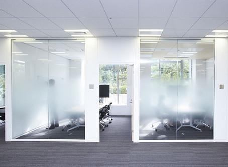 עיצוב מחיצות זכוכית עם ציפוי דקורטיבי