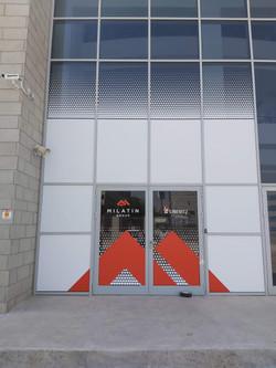 מדבקות מיתוג מעוצבות בכניסה למבנה