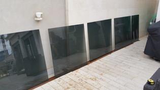 התקנת ציפוי מיגון למניעת שבירה הזכוכית
