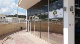 ציפוי חלונות במרכז ספר מודיעין