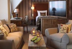 Interior von 97 Hotelzimmern