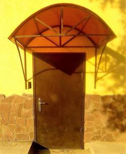 Входная дверь с козырьком
