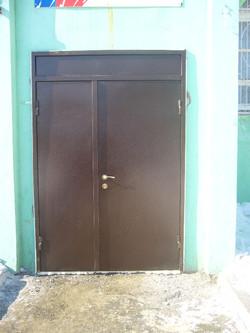 Металлическая двухстворчатая дверь