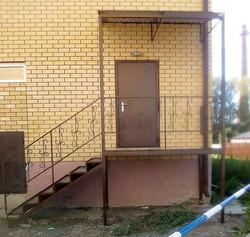Металлическая лестница с перилами