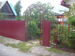 Калитка с декоративной аркой