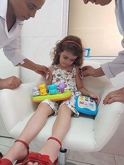 aplicação-de-gelinho-para-alivio-da-dor-da-vacina