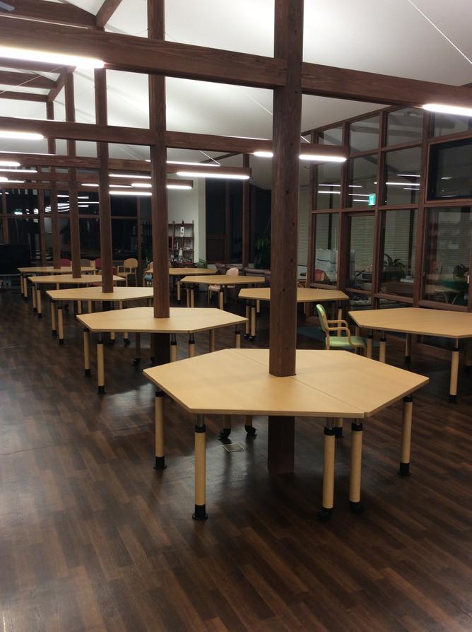 柱を有効利用したテーブルの設え