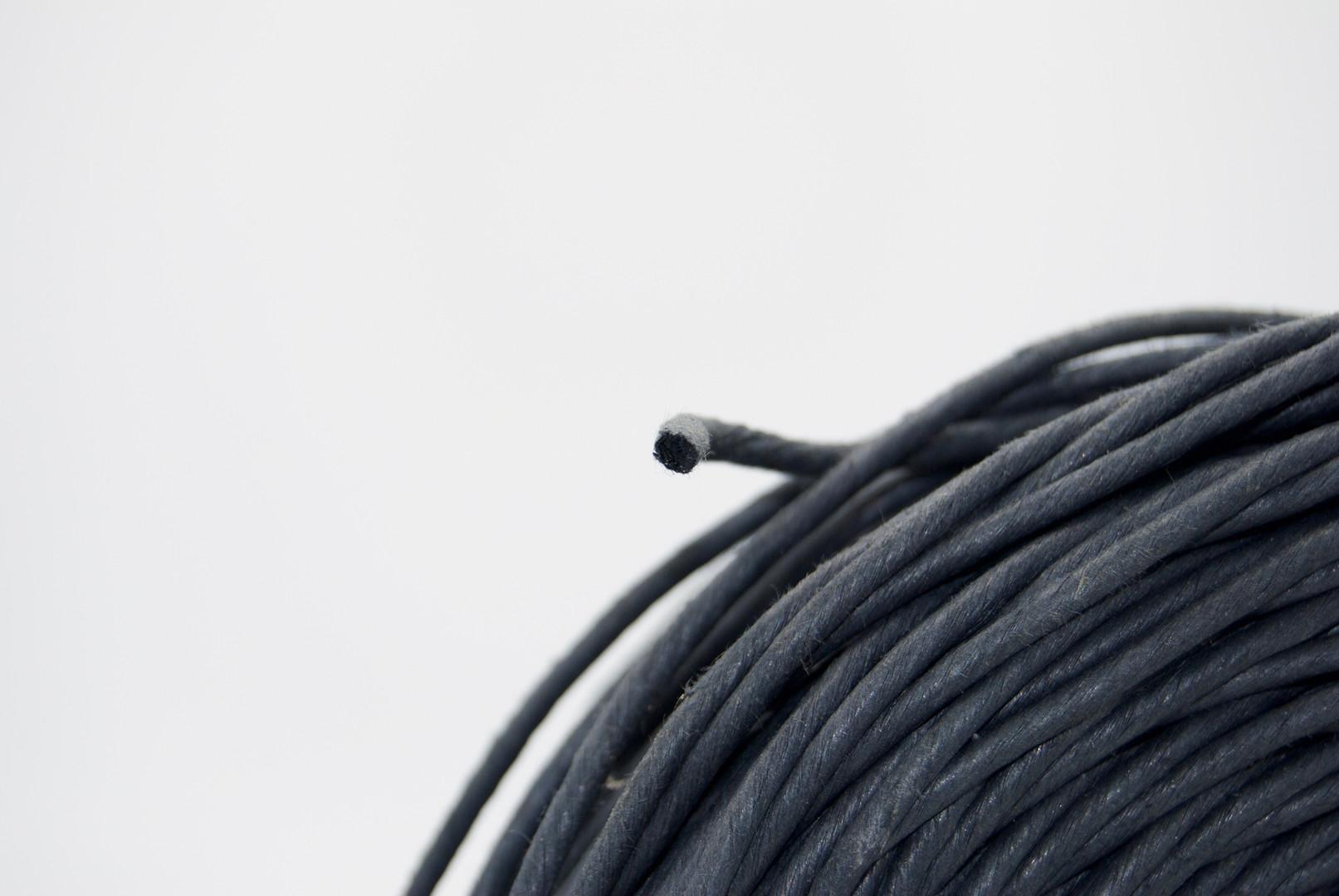 hilo de papel negro