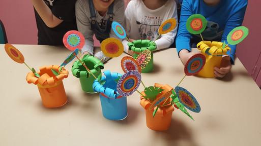 Vases et fleurs en papier, dessin