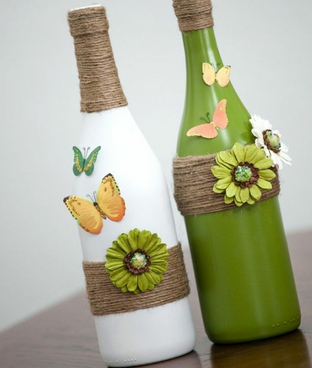 Soliflores en peinture et collages sur bouteilles en verre