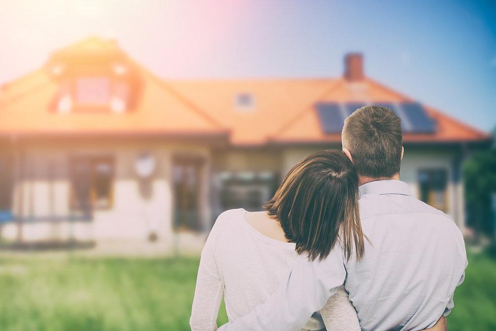 Pärchen schaut auf Traumhaus
