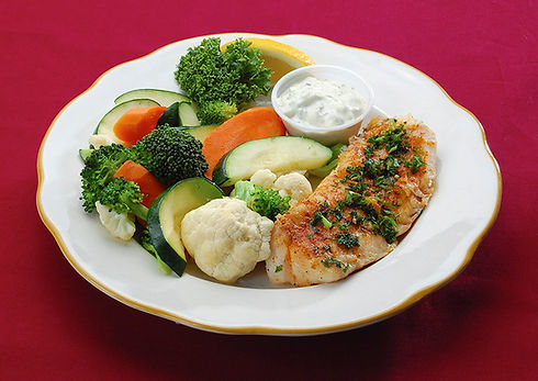 Fillet of broiled, seasoned cod with tartar sauce and steamed vegetables