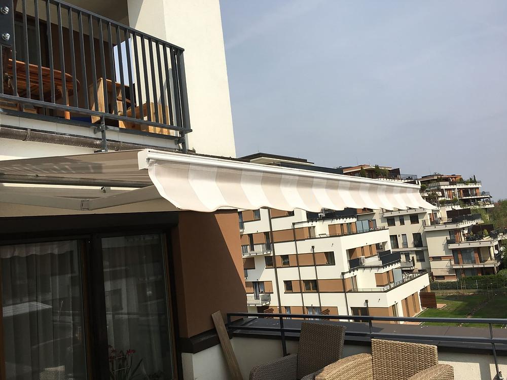 Motoros napellenző beépítése a Cordia lakóparkban - Csiziredőny