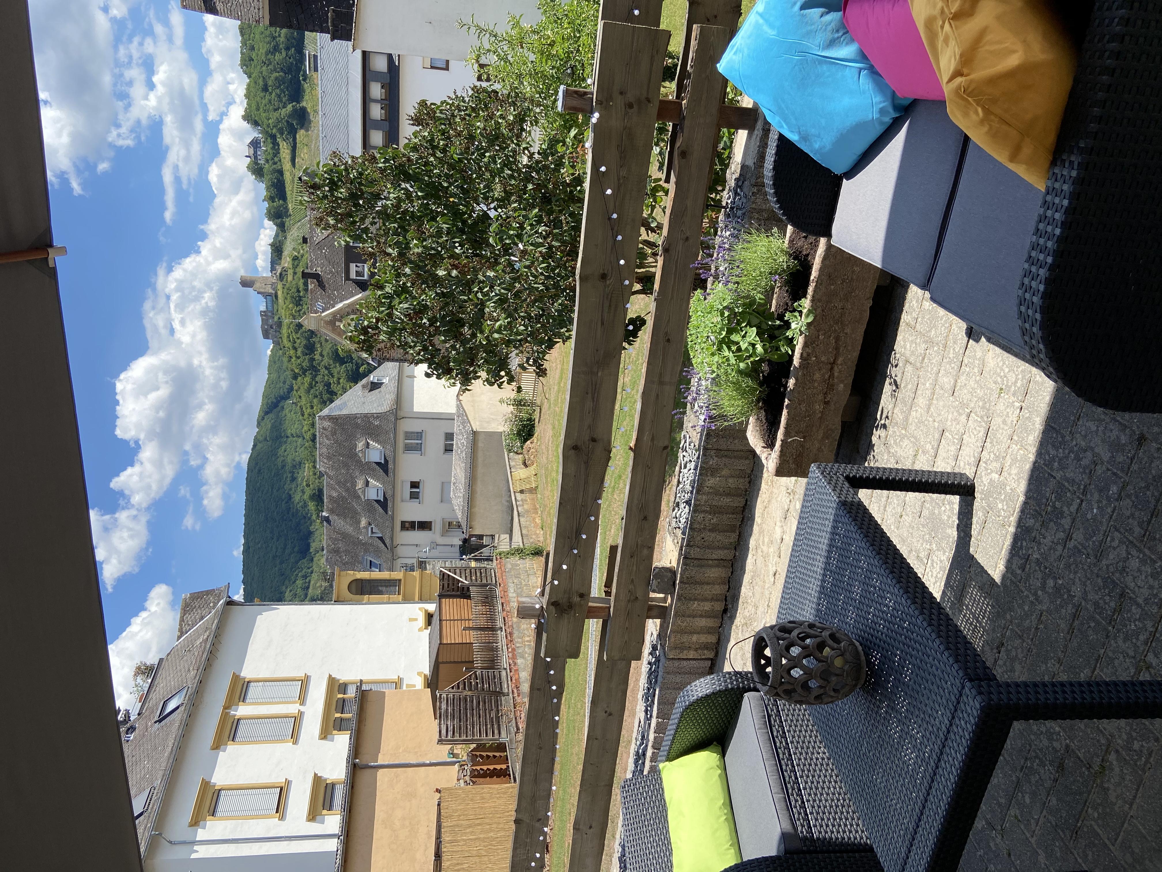 Terrasse mit Burgblick