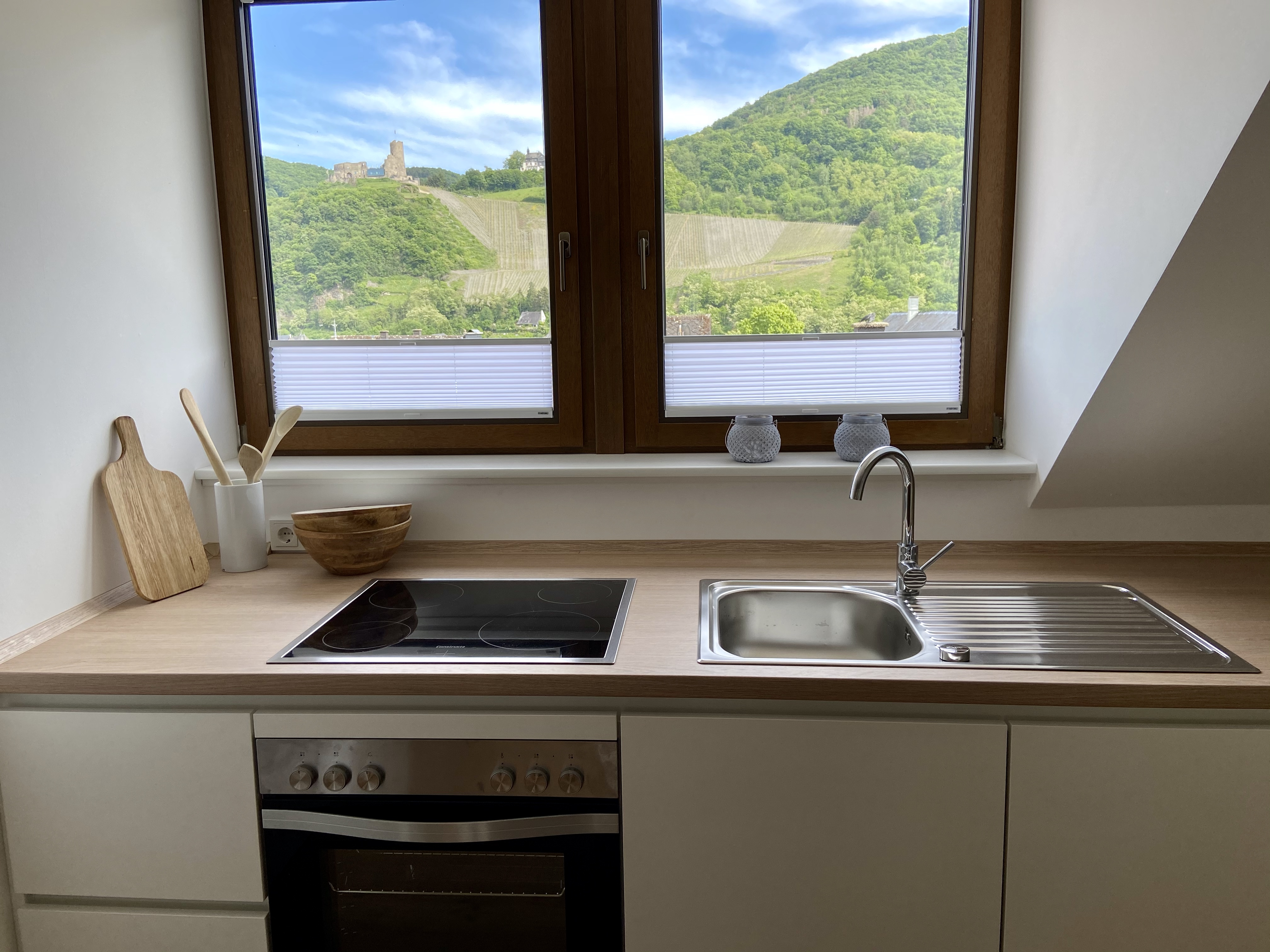 Küche mit Burgblick
