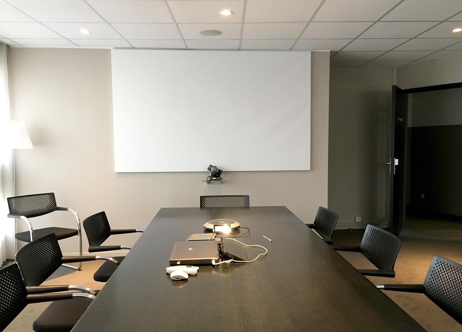 Caméra installée sur l'écran rétractable du vidéoprojecteur