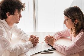 personas-mesa-decreto-divorcio_23-214854