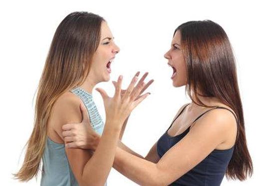 35933758-dos-mujeres-agresivas-discutien