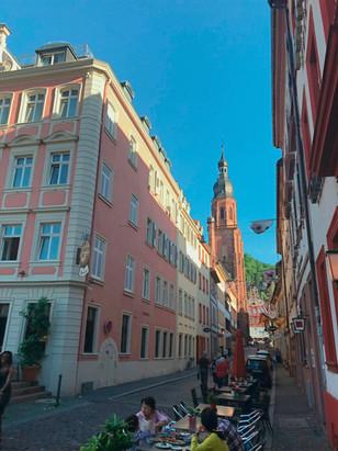 Außenterrasse mit Blick auf die Heiligkeitskirche