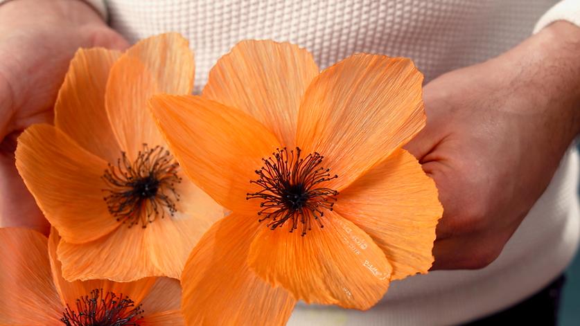 Fleur en matériaux recyclés crée par William Amor. Upcycling. Fleur orange
