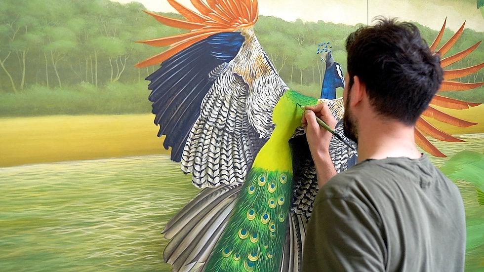 Le peintre CÉDRIC PELTIER entrain de colorer un paon, un des animaux qui figure dans la fresque monumentale qu'il a réalisée pour le showroom MANUFACTURE EMBLEM PARIS
