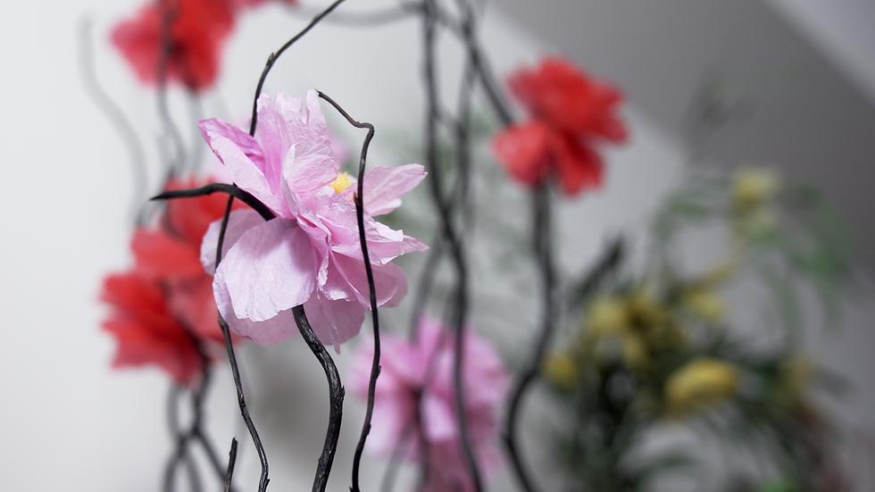 Fleurs en matières recyclées crées par William Amor à partir de sacs plastiques. Upcycling