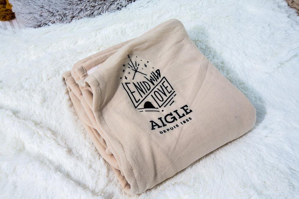 Plaid douillet AIGLE, durant le concours jeu NID WILD LOVE organisé par la marque. Nuit dans la bulle sur les toits parisiens