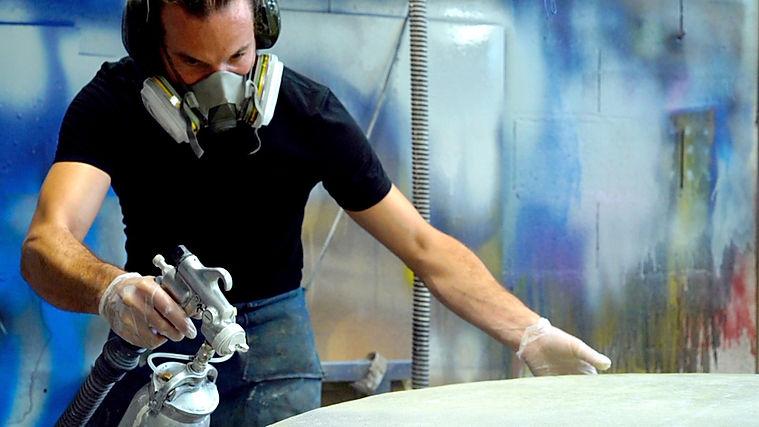 Bruno Clanet des ateliers SYNAPSES peint le mobilier urbain EME pour SNCF dans son atelier. Masque, peinture