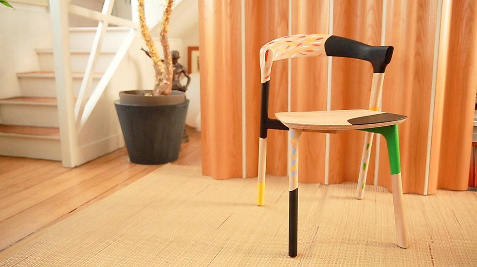 Chaise BOK décorée par l'illustrateur ERIC GIRIAT, pour le magasine IDEAT . Vue dans son atelier