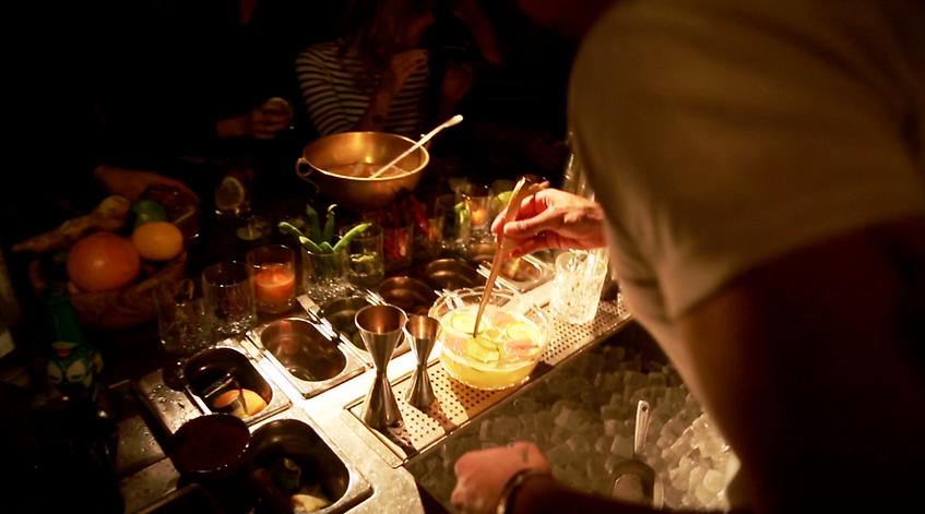 préparation cocktails au bar La commune