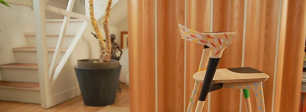 Chaise BOK de la marque ETHNICRAFT décorée et mise en couleur par l'illustrateur ERIC GIRIAT pour IDEAT MAGAZINE
