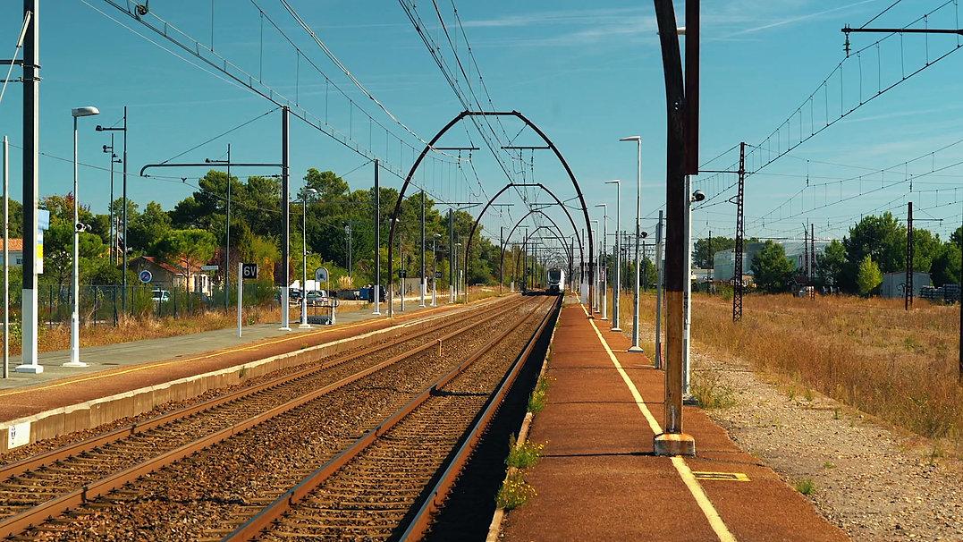 film sur la fabrication du mobilier urbain EMA pour SNCF Gares et Connexions. Gare de Facture Biganos, ateliers SYNAPSES, béton