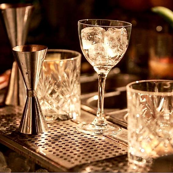 verres à cocktails vides sur le bar de la COMMUNE PUNCH CLUB lors de la soirée de présentation de la nouvelle collection de cocktails