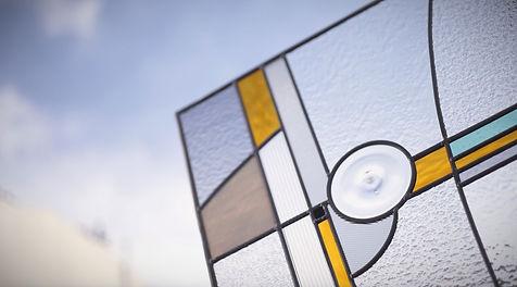 Vitrail jaune et bleu créé par Marie Grillo, la couleur du verre, devant le ciel parisien