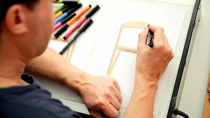 L'illustrateur ERIC GIRIAT dessine à sa table, pour préparer la mise en couleur de la chaise BOK de la marque de mobilier ETHNICRAFT