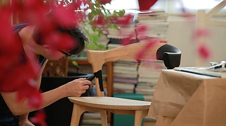 L'illustrateur ERIC GIRIAT peint la chaise BOK pour le marque ETHNICRAFT et IDEAT MAGAZINE