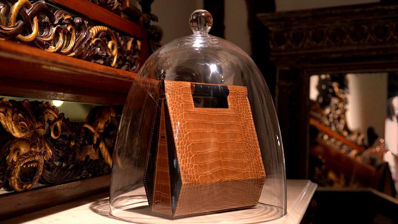 film sur les coulisses de fabrication de la maroquinerie de luxe VERBREUIL PARIS. Sac La Gare, mains artisan, cuir, boutique