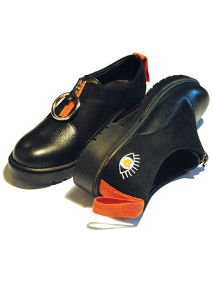 Third eye zipper shoes with metallic ring
