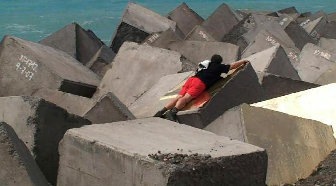 Or d'afrique Mars 2008 Tenerife, Iles Canaries Intervention à l'adhésif doré  sur la jetée de la plage  de Guia de Isora