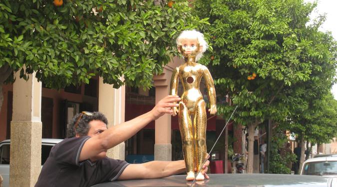 Chrorégraphie urbaine 2008 Poupée, adhésif doré et véhicule (Projet d'intervention  à Marrakech, Maroc)