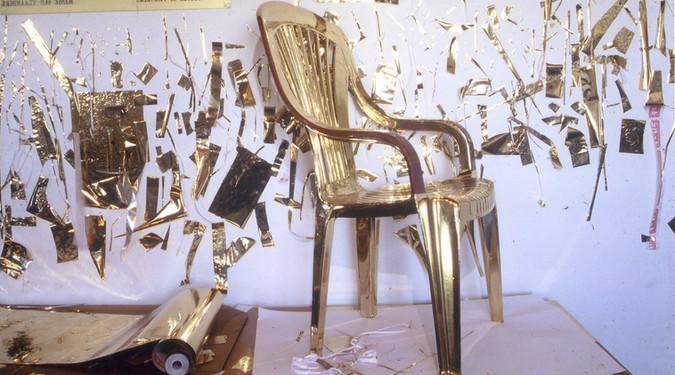 Golden Chair Mars 2003 Cape Town, Afrique du sud  Chaise en plastique  et adhésif doré