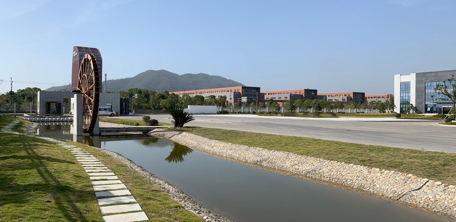 公司景观河.JPG