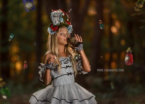 Alice Drink me social medai