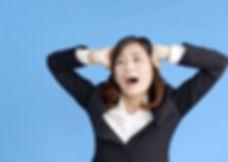 頭を抱える女性.jpg