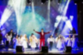 артем каторгин на сцене поет с ангелами авэ мария участник шоу голос из команды лепса