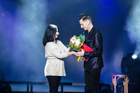 цветы дарят артему каторгину конфеты на концерте на сцене